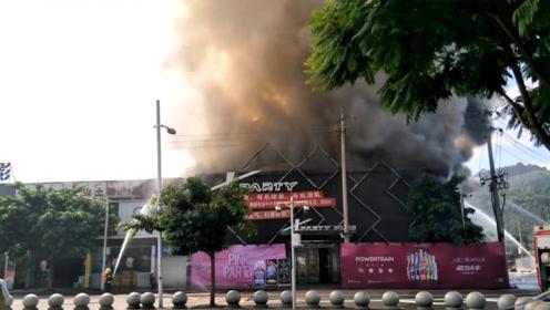 四川西昌滨河东路附近突发火灾 现场浓烟滚滚直冲天际