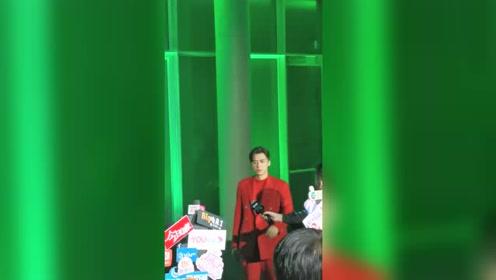 从绿光中缓缓出来的红衣青年李易峰,一身正气。