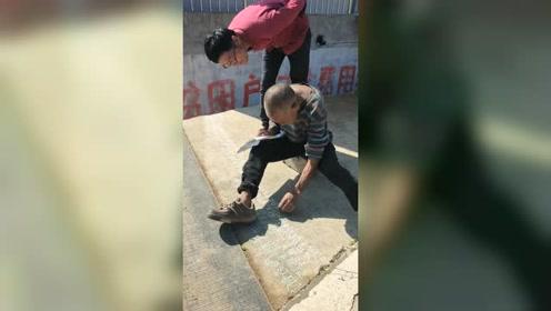 河南鲁山:农村老人用粉笔写反字30年,却不识字