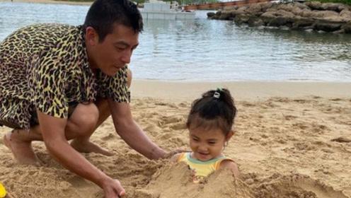 陈冠希女儿半身埋入沙子童心未泯 Alaia笑得一脸开心