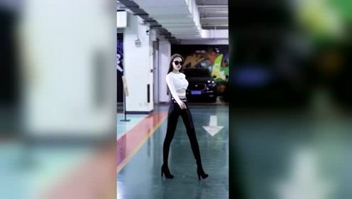 在地下车库遇到这种时尚炫酷的姑娘,你愿不愿意送她回家?