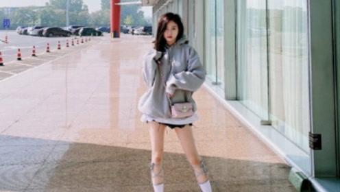 吴宣仪绿洲营业下衣失踪秀美腿 穿灰色卫衣露甜笑超少女