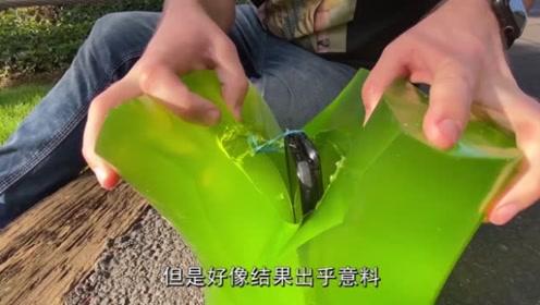 果冻包裹着手机,从高空抛落后竟然会这样!