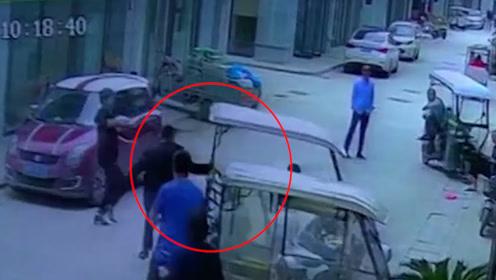 电动三轮失控载着2岁男童冲向玻璃门 保安狂奔一把拽停三轮.