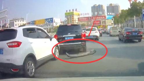 黑车司机强行加塞,保险杠被直接撞掉,行车记录仪拍下全过程!