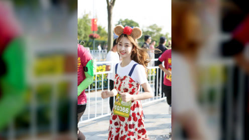 宣璐苹果印花吊带裙,搭配达菲发卡,迪士尼主题穿搭糖果般甜蜜
