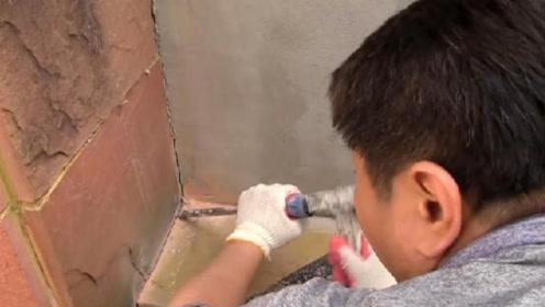 石墙内频频传出求救声,男子凿开石墙,眼前的场景让人一阵心酸