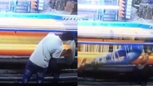"""监控实拍:印度一纺织工人被卷入机器 一圈圈缠满线变""""木乃伊"""""""