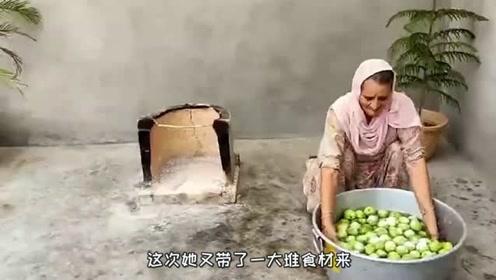 印度土豪老太太村里免费做美食,200多斤的食材,100个孩子吃个够!