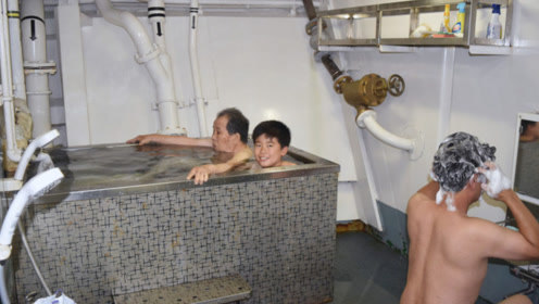 """台风""""海贝思""""过境致日本各地停水停电 灾民登上扫雷舰泡澡"""