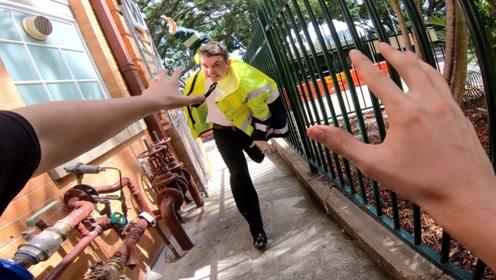 跑酷达人戏耍保安大哥,谁知遇到高手,下一秒的画风转变太快!