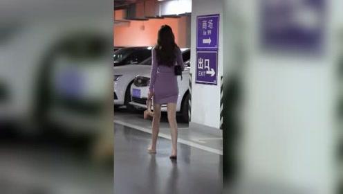 地下停车场遇到姑娘背影迷人,或许是因为刚下班,看着有些许疲惫!