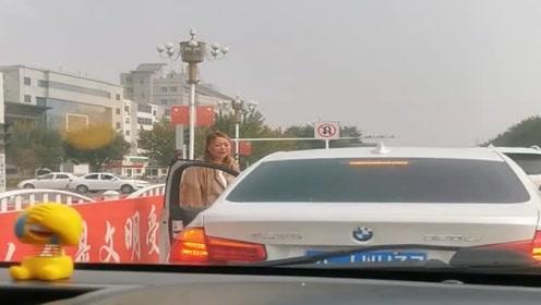 就因为宝马车按了两声喇叭,没想到前面的女司机就下来骂街,真是个泼妇!