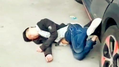 民警巡逻发现一男子在地上呼呼大睡  姿势妖娆呼喊不醒