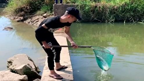 农村清水河里钓大鱼,小伙子这技术不错,真想拜他为师!