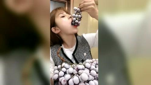 小姐姐吃冰冻葡萄,这吃法不觉得冰吗