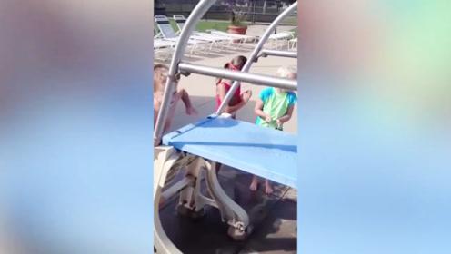 男孩爬上跳水板,却直接就走了回来,这胆子也太小了!