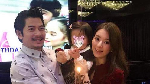 方媛带女儿看郭富城演唱会 萌娃学爸爸跳舞超可爱