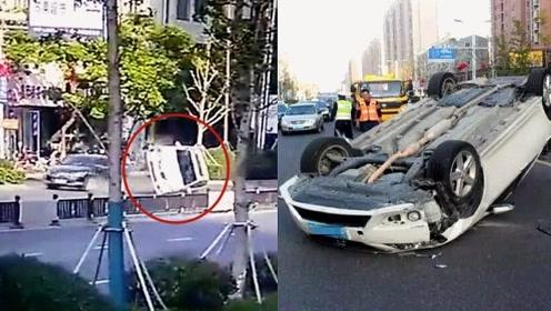 监控:江苏女司机正常直行遭另一女司机开车撞翻 两人紧急逃生