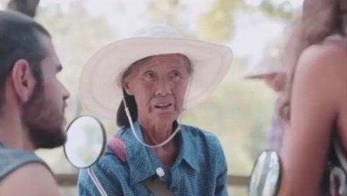 中国最硬核的老奶奶,75岁自学十国语言当导游,轻松带领老外玩转中国景点