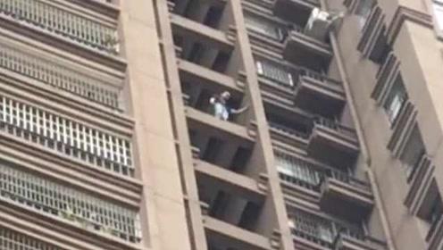 苦劝6小时未果,男子跳下26楼奇迹生还:被救起时还喊疼