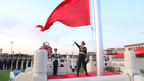 揭秘97年高颜值国旗护卫队升旗手:穿便装秒变型男,参与今年阅兵升旗任务