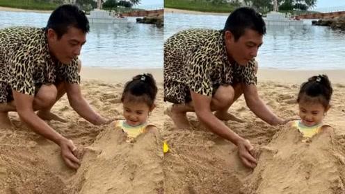 陈冠希分享家庭快乐时光,陪女儿玩堆沙人游戏,如今他苍老了许多