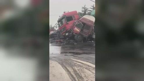 山东枣庄发生4车连环相撞致1死3伤 多车受损严重现场惨烈