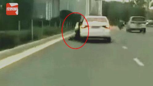 云南一司机拒不配合检查驾驶证 ,竟疯狂拖行交警百余米