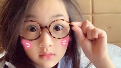 九岁NeiNei佩戴眼镜显兴奋 吴尊晒旧照称女儿与自己一样