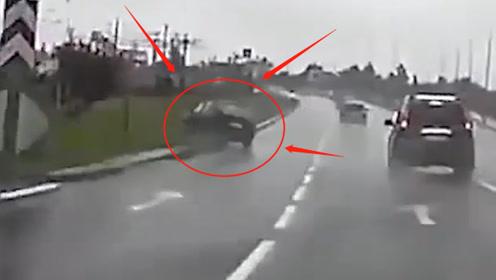 女司机弯道照镜子,失控冲到路边侧翻打滚,网友:不作死就不会死!