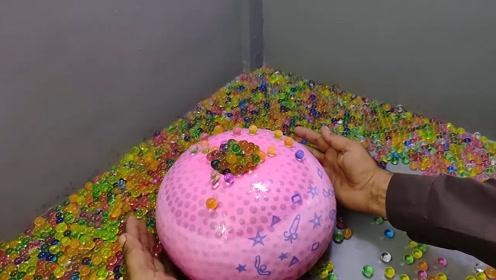 实验,5000个水晶宝宝灌进气球把口扎紧,用剪刀剪开气球会怎样