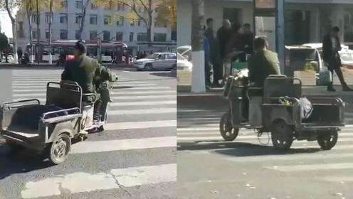 """马路也是KTV!长春""""潇洒哥""""骑车闯红灯,边骑边拿麦深情K歌"""