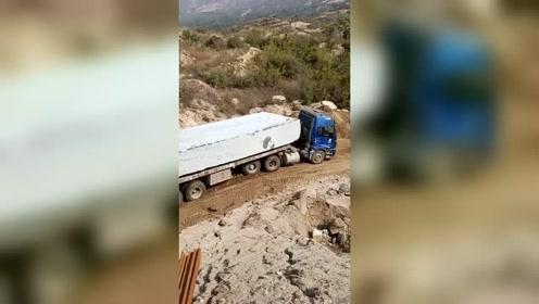 大货车拉着巨石下坡,刹车一直响,这要是刹不住,会是怎样!