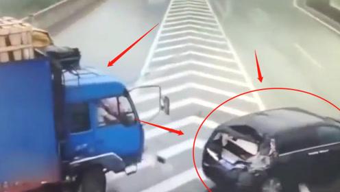 """大货车高速上""""神龙摆尾"""",被撞SUV操作让人纳闷,有什么不可告人秘密?"""