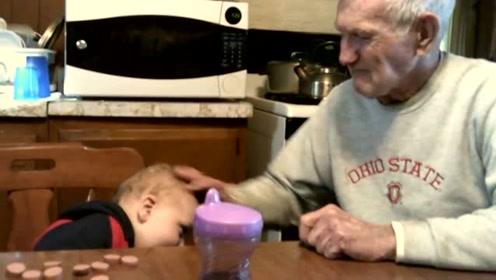 高龄爷爷和孙子互动,互相用英语交流,太搞笑了