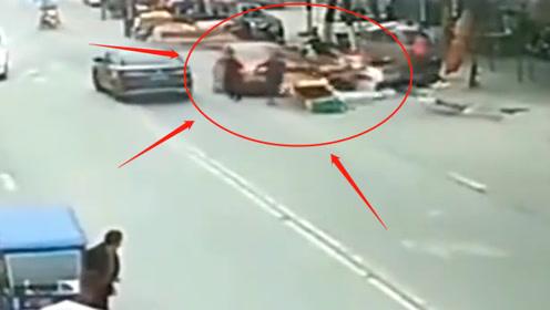 """女司机闹市上""""大开杀戒"""",一女子被撞飞惨不忍睹,不是监控谁敢信?"""