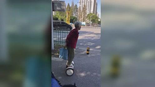 气势不输年轻人!白发老奶奶骑平衡车上街买菜