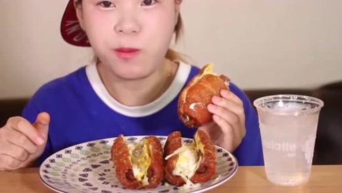 大胃王妹子吃芝士香肠包,听声音就知道好吃,几口一个就没了!