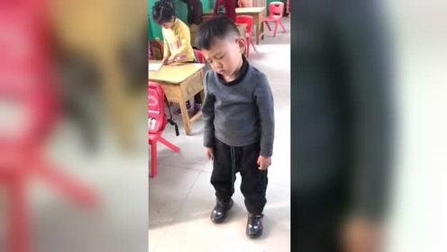 睡神附体!小男孩教室里站着打瞌睡走红网络