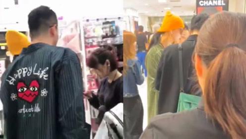 范冰冰现身日本豪购化妆品,身边有帅哥贴身陪伴,还暖心帮拎东西