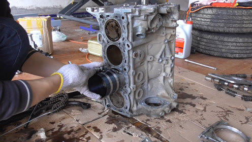 组装发动机机体,清洗和安装活塞,凸轮轴和曲轴等!