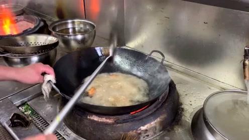 这才是草鱼好吃的做法,饭店大厨示范给你看,鲜嫩又入味
