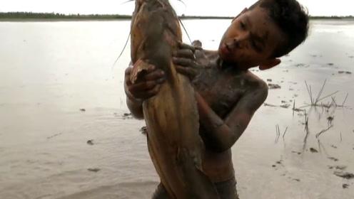 小孩田里抓泥鳅,窜出一条血口巨鱼,展开殊死搏斗