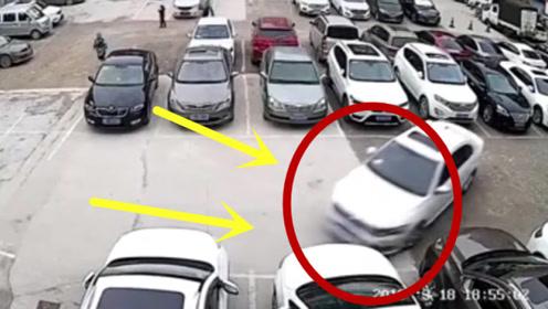 """停车场内,女司机上演""""6连杀"""",现场一片狼藉!"""