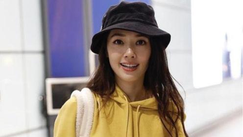 """郭碧婷还是认老!穿""""黄色卫衣""""走机场减龄时髦,35岁少女感十足"""