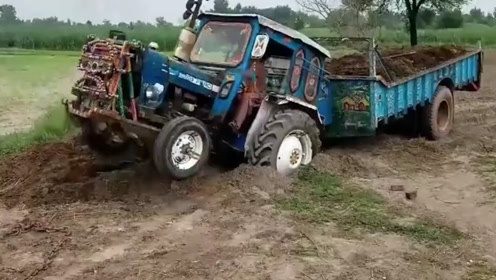 印度小伙开拖拉机,陷进土坑后怎么办?翘车头也要开出来