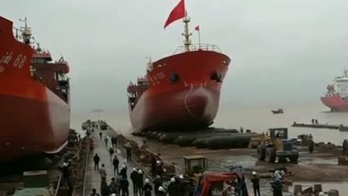 镜头实拍大船怎么下水的,这场面真是难得一见,长见识了!