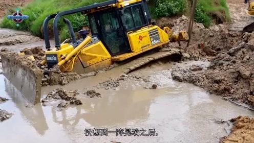 推土机新手不幸深陷烂泥地,叫来挖掘机兄弟帮忙,全程上演神操作