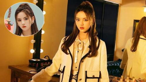 被21岁杨超越彻底折服!白色公主风套裙,少女感十足